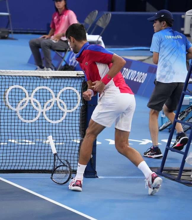 Irritado, Djokovic quebra a sua raquete durante o terceiro set do jogo deste sábado