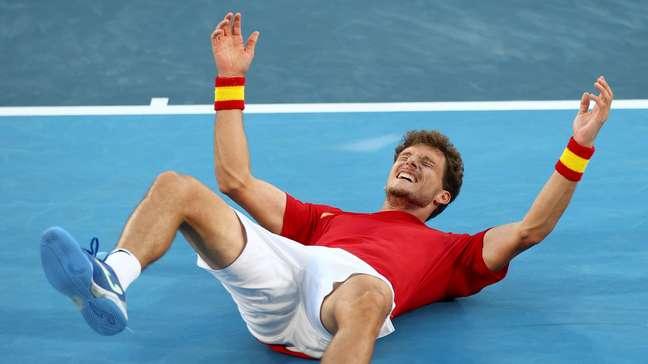 Carreño Busta se deita no chão para comemorar o histórico bronze olímpico para a sua carreira