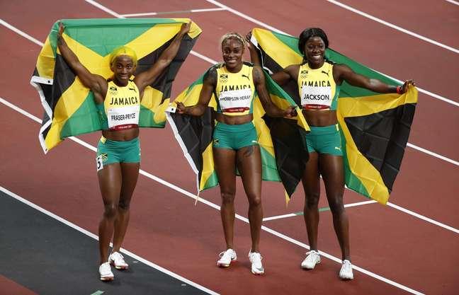 Atletas da Jamaica comemora vitória nos 100m rasos