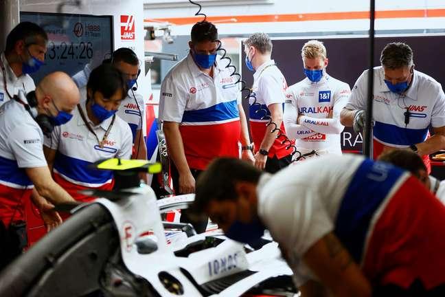 Os mecânicos da Haas trabalham no carro de Mick Schumacher em Hungaroring