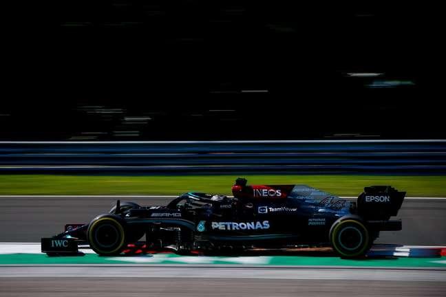 Lewis Hamilton brilhou na classificação, marcou Max Verstappen e levou a pole na Hungria
