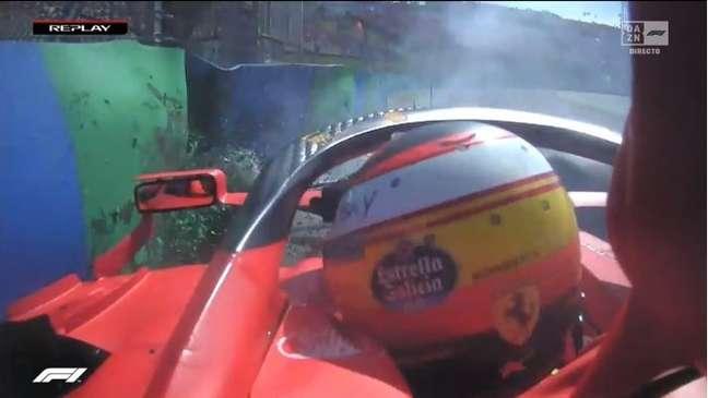 Carlos Sainz bateu forte na barreira de proteção durante o Q2 na Hungria