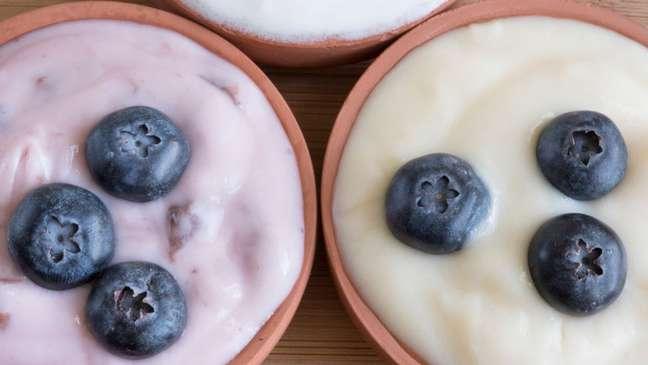 O iogurte natural é um exemplo de alimento que traz bactérias boas, que ajudam a regular o microbioma