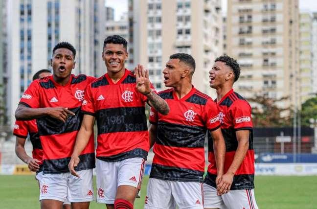 Mateusão (centro) marcou o primeiro gol da virada rubro-negra (Foto: Marcelo Cortes / Flamengo)