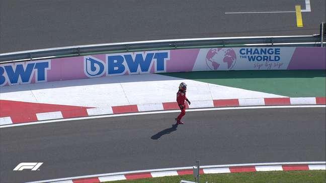 Sainz voltou sozinho e desolado para os boxes após o acidente