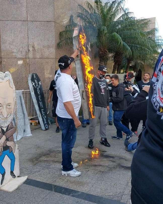 Torcedores do Corinthians protestam na sede do clube