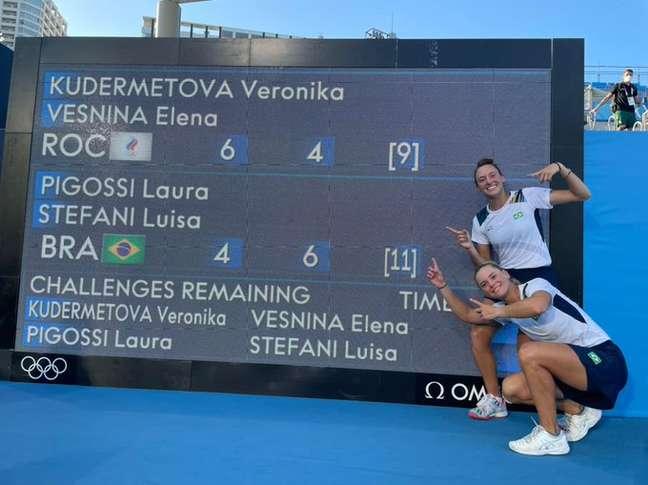 Luisa Stefani e Laura Pigossi mostram placar que levou ao bronze nos Jogos Olímpicos de Tóquio Reprodução Instagram/@timebrasil