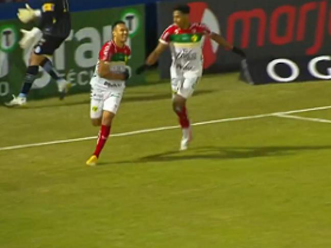 Thiago Alagoano, autor de dois gols na partida, vibra com seu companheiro de time (Foto: Reprodução/Premiere)