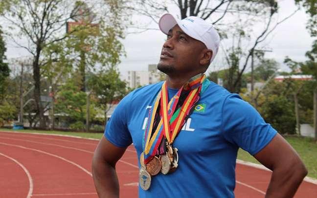 Claudinei Quirino foi medalha de prata no 4x por 100 metros rasos em Sidney (2000) (Reprodução)