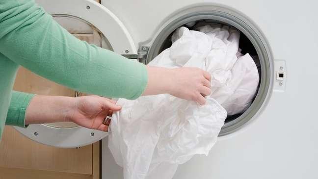 Lave a roupa de cama todas as semanas ou até com maior frequência, se for possível