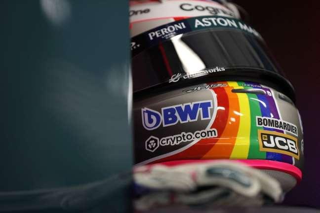 Sebastian Vettel chegou ao Hungaroring com um arco-íris no capacete em defesa dos direitos LGBTQIA+