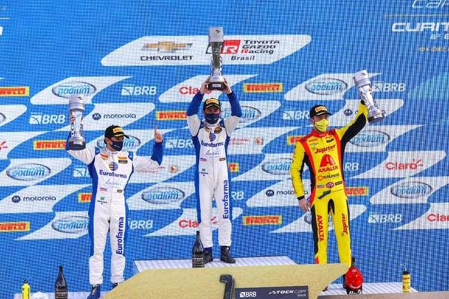 Ricardo Maurício no topo do pódio da corrida 1 da Stock Car em Curitiba