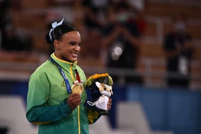 Rebeca Andrade superou duas cirurgias no joelho para ser campeã olímpica (Foto: LIONEL BONAVENTURE/AFP)