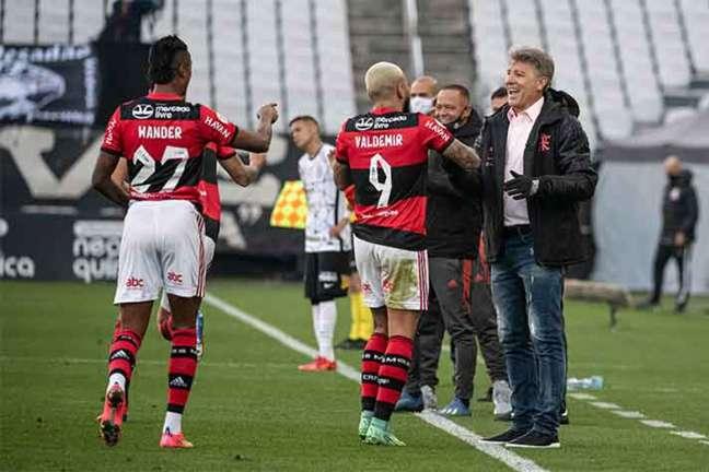 Bruno Henrique (esquerda) marcou um dos três gols do Flamengo na vitória válida pela 14ª rodada do Brasileirão 2021 (Foto: Alexandre Vidal / Flamengo)