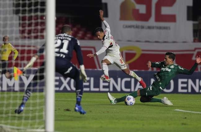 Partida entre São Paulo e Palmeiras ficou marcada por erros de arbitragem (Foto: Rubens Chiri / saopaulofc.net)
