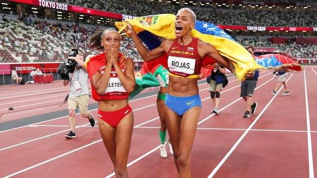 Yulimar Rojas celebra a medalha de ouro ao lado de espanhola Ana Peleteiro, que levou a medalha de bronze