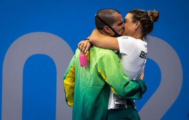 Fratus não conteve a emoção e beijou sua esposa e treinadora (Foto: Jonne Roriz / COB)