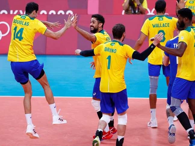 Brasileiros comemoram vitória no vôlei  1/8/2021   REUTERS/Carlos Garcia Rawlins