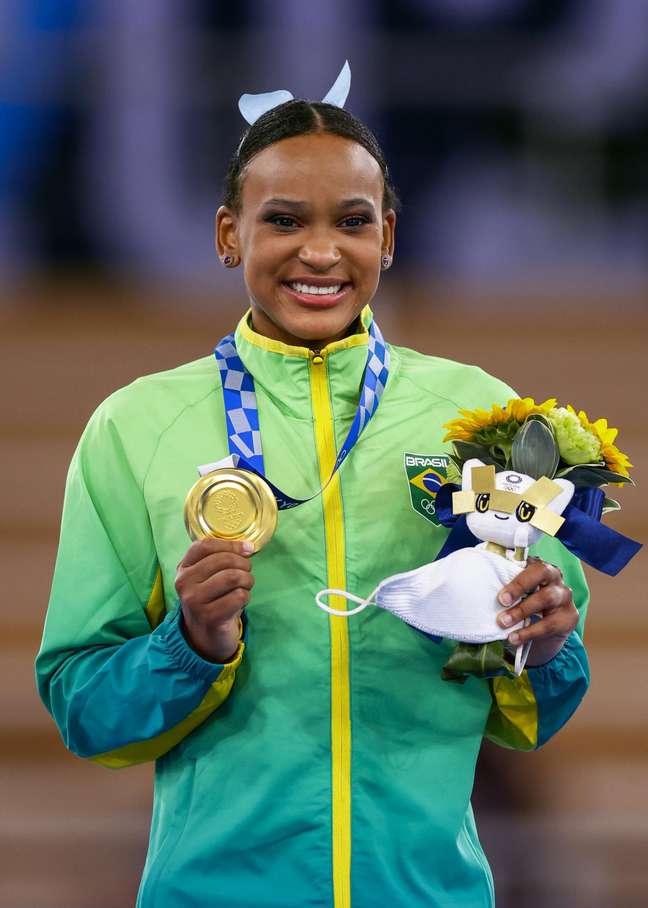 Rebeca Andrade posa com a medalha de ouro