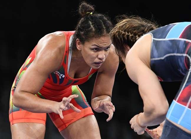 A brasileira Aline Silva durante a luta na qual foi eliminada já na estreia em Tóquio