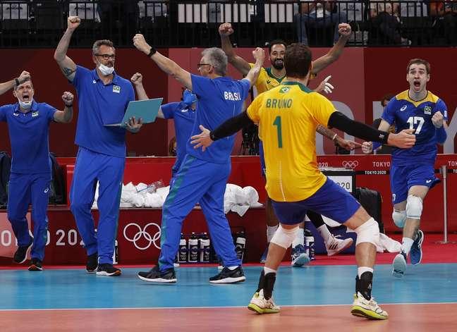 O capitão Bruninho, Renan e outros membros da Seleção comemoram vitória sobre franceses