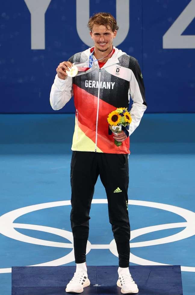 Zverev posa com a medalha de ouro