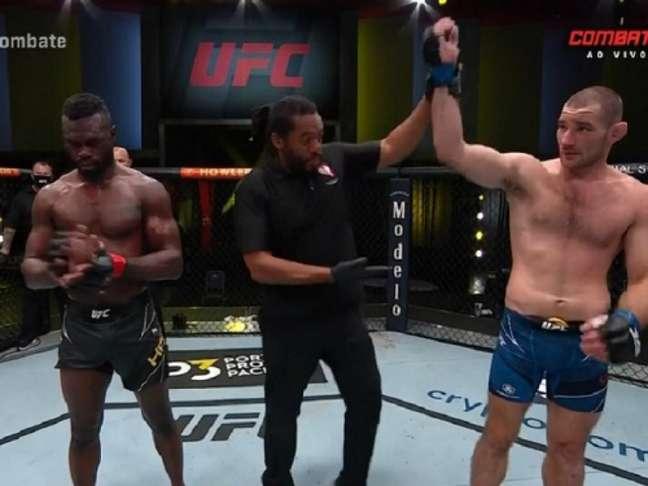 Sean Strickland venceu Uriah Hall na luta principal do UFC Vegas 33 (Foto: Reprodução/Combate)