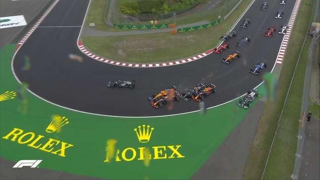 Outro ângulo do acidente que mudou a história do GP da Hungria logo na largada