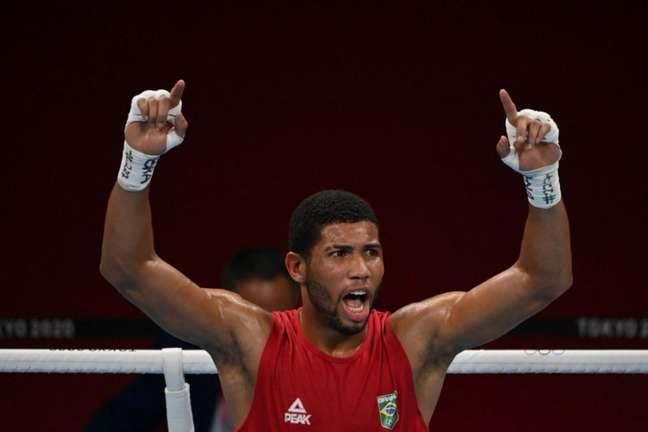 Como não existe disputa pelo bronze no boxe, Hebert Souza chega a semifinal com uma medalha já garantida (Foto: LUIS ROBAYO / AFP)