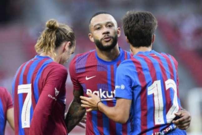 Depay marcou um golaço pelo Barça (Foto: THOMAS KIENZLE / AFP)