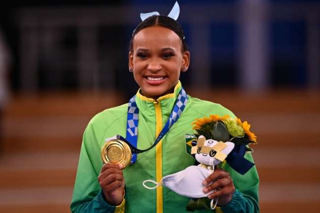 Rebeca Andrade ainda vai disputar mais uma final, desta vez no solo (Foto: LOIC VENANCE / AFP)