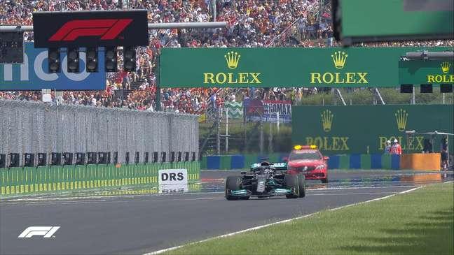 Hamilton largou sozinho após a bandeira vermelha