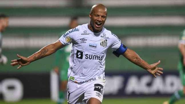 Carlos Sánchez comemora o gol da vitória do Santos sobre a Chapecoense (Foto: Divulgação / Santos)