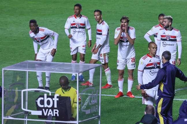 O árbitro Luiz Flávio de Oliveira anula o gol após consultar o VAR durante partida entre São Paulo e Palmeiras
