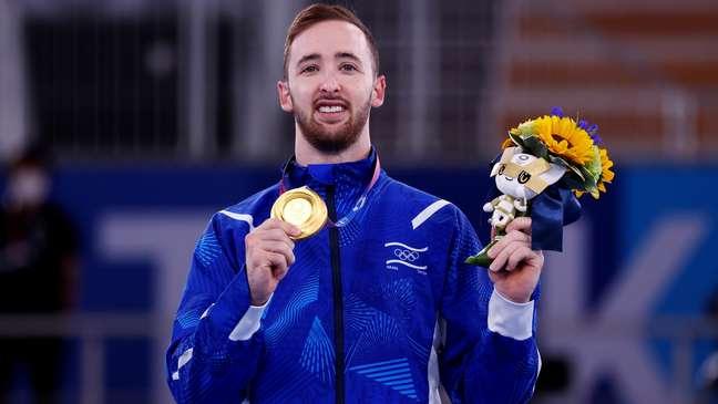 Artem Dolgopyat, de Israel, celebra medalha de ouro olímpica neste domingo Mike Blake Reuters