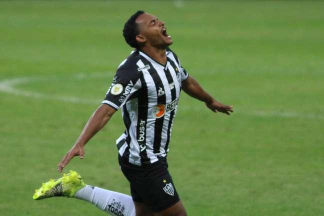 O Atlético-MG chegou à sua sétima vitória seguida no Campeonato Brasileiro após derrotar o Athletico-PR por 2 a 0