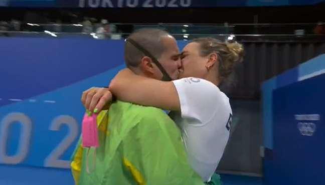 Bronze na piscina, ouro no amor: Bruno Fratus ganhou beijão de sua mulher e treinadora Michelle Lenhardt
