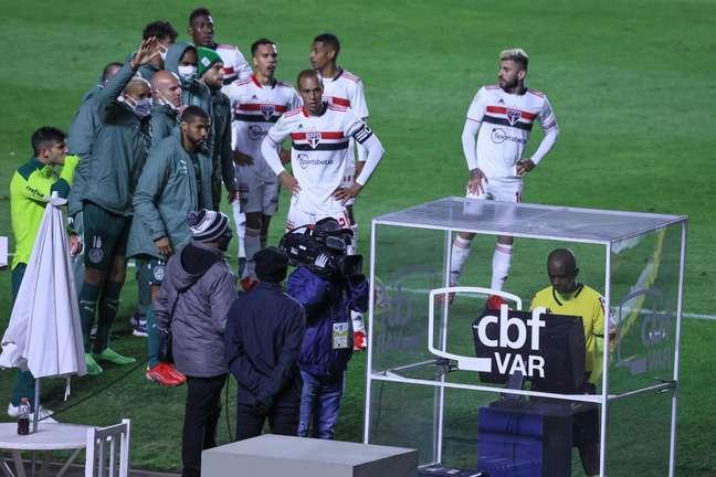 Observado por jogadores de São Paulo e Palmeiras, Luiz Flávio de Oliveira revisa lance com auxílio do VAR