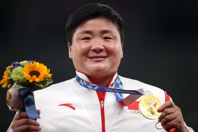 Gong Lijiao, da China, mostra a medalha de ouro conquisada no Japão Hannah Mckay Reuters