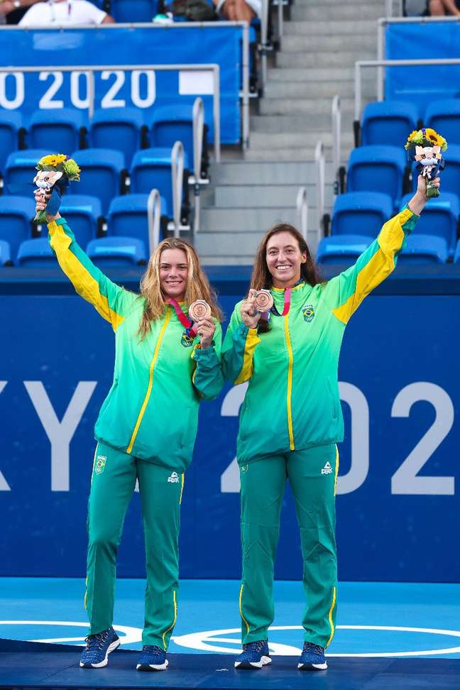 Luisa Stefani e Laura Pigossi receberam as medalhas de bronze dos Jogos Olímpicos de Tóquio neste domingo Wander Roberto/COB