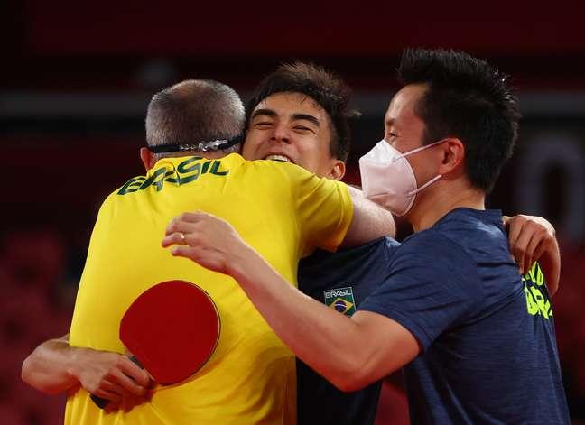 Vitor Ishiy e Gustavo Tsuboi comemoram com seu técnico a classificação por equipes Luisa Gonzalez Reuters
