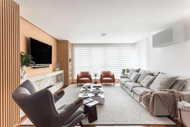 2. As cadeiras em couro conhaque trazem ainda mais personalidade para a decoração da sala de estar. Foto: Eduardo Macarios