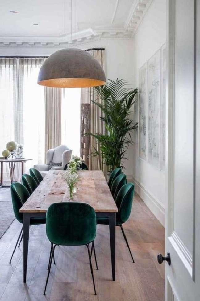 7. Cadeira veludo verde escuro para decoração de sala de jantar com mesa rústica de madeira e ferro – Foto: Casa de Valentina