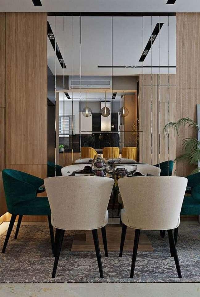 17. Cadeira estofada verde para sala de jantar moderna decorada com parede espelhada – Foto: Behance