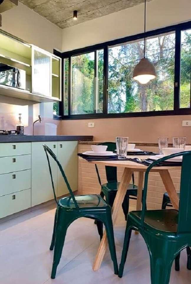 38. Decoração de cozinha com mesa redonda de madeira e cadeira verde escuro – Foto: Archtrends