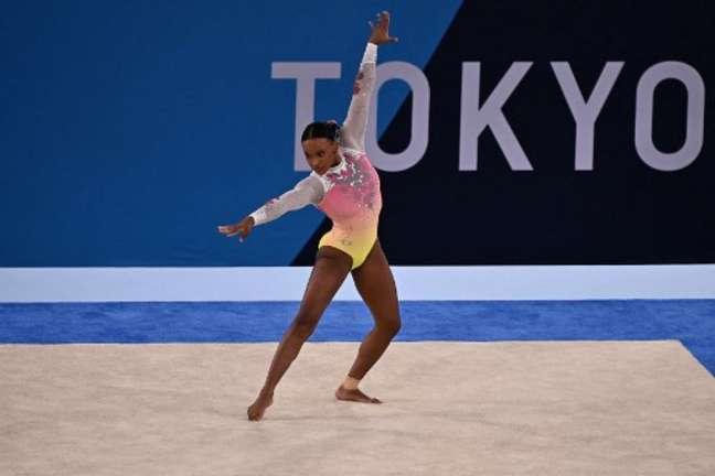 Rebeca Andrade durante sua apresentação nos Jogos de Tóquio (Foto: Lionel Bonaventure/AFP)