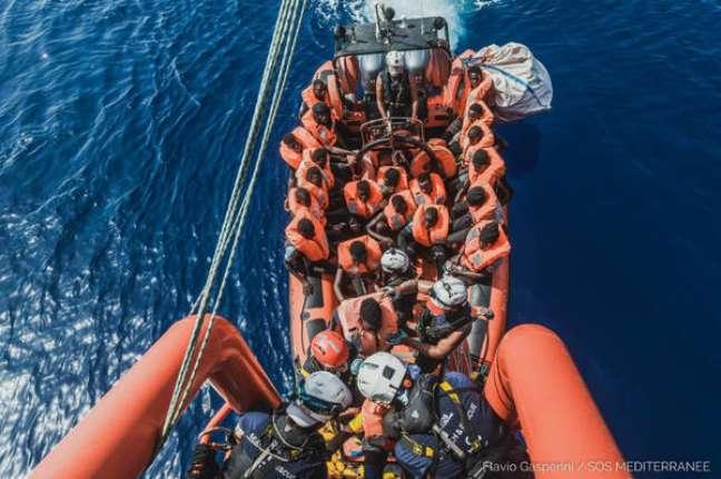 Migrantes resgatados pelo navio Ocean Viking no Mediterrâneo