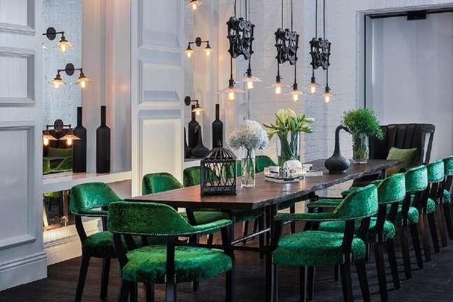 4. Sala de jantar sofisticada decorada com mesa preta e cadeira de jantar verde estofada – Foto: We Heart It