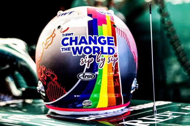 Sebastian Vettel estampou o capacete com um arco-íris