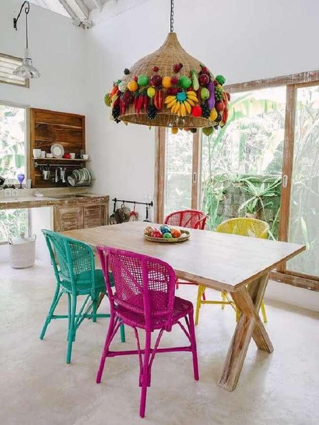 20. Cadeira verde água para cozinha simples decorada com luminária rústica – Foto: Houzz